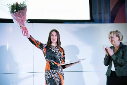 Julia Uddén receives the prize from Minister Helene Hellmark Knutsson. Photo: Emma Burendahl