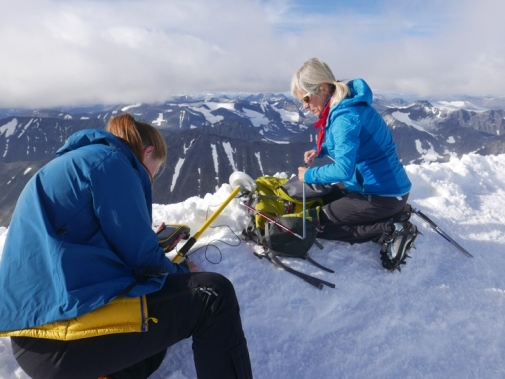 Pia Eriksson and Gunhild Ninis Rosqvist during last year's measurement at Kebnekaise's south peak. Photo: Tova Stroeven