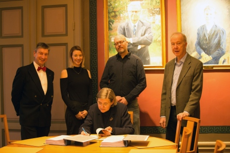 Astrid Söderberg Widding signing the contract between Stockholm university and Siemens healthcare