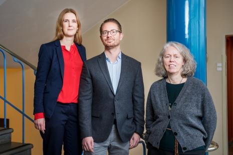 Jenny Cisneros Örnberg och Mikael Rostila från den nya institutionen tillsammans med vicerektor Astri Muren. Foto: Vilhelm Stokstad