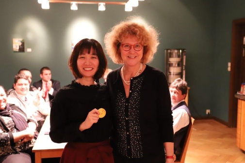 Program manager Elisabet Idermark, Stockholm University, honoured participating students with a Nobel medal in chocolate, here Tatsuya Hirokawa