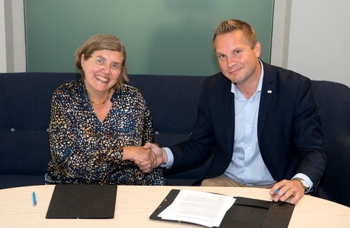 Astrid Söderbergh Widding and Joakim Malmström sign the agreement on the Centre for Palaeogenetics.