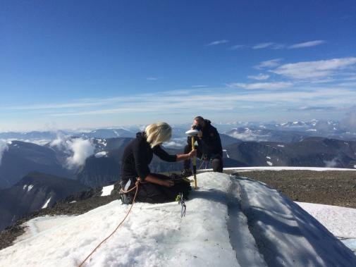 Ninis Rosqvist mäter Kebnekaises sydtopp