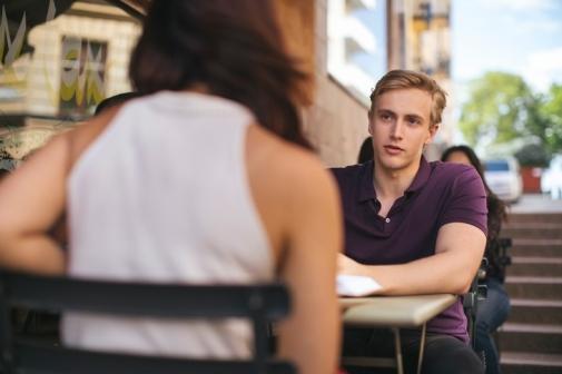 Två studenter sitter och pratar