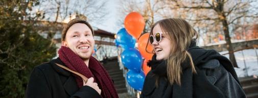 Två glada studenter utanför Aula Magna