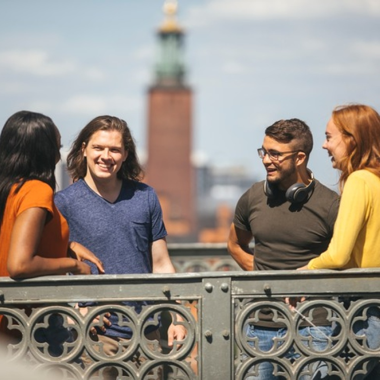 Students standing in front of the City Hall. Photo: Niklas Björling
