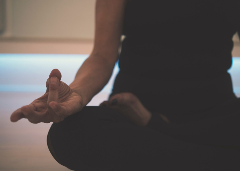En person i yogaposition Photo: JD Mason/Unsplash