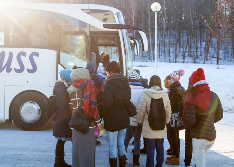 Students boarding a bus Photo: Niklas Björling