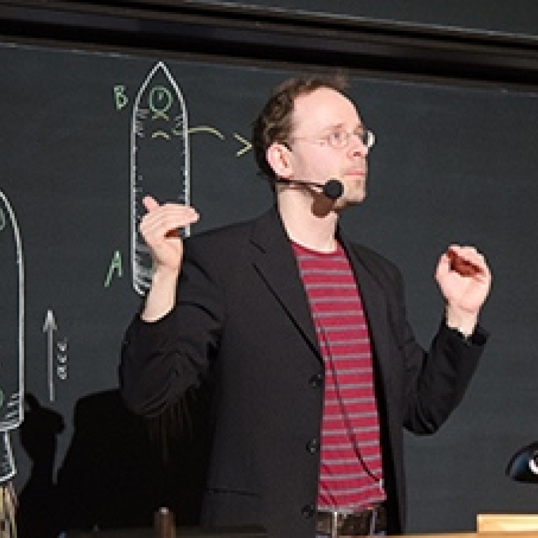 Sören Holst teaches general relativity.