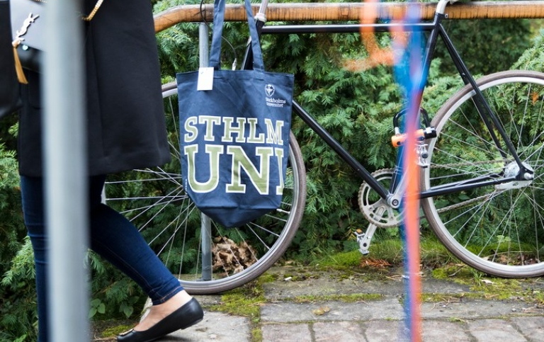 A bike with a Stockholm University bag. Photo: Niklas Björling
