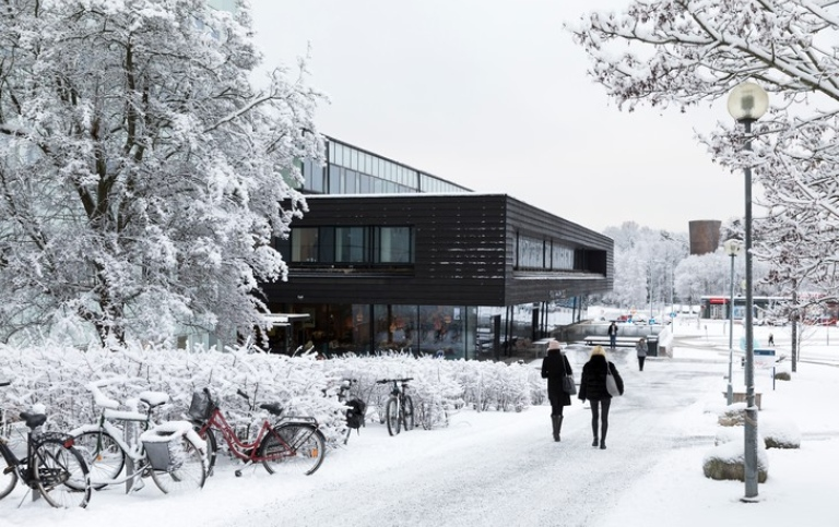 Two students walking towards Studenthuset during winter. Photo: Niklas Björling