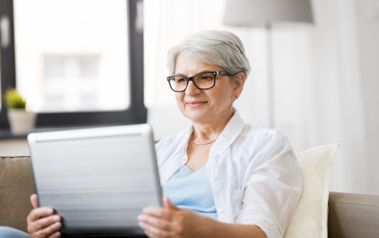 Mature woman in front of a laptop. Photo: Syda Productions/Unsplash