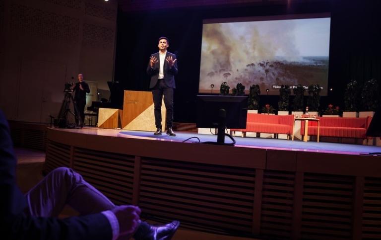 Victor Galaz, från Stockholm Resilience Centre talar vid Hållbarhetsforum 2019.