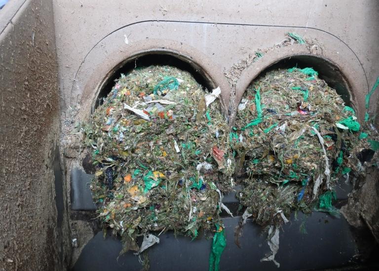 Os plásticos são separados dos resíduos alimentares após trituração e polpação de uma instalação de reciclagem de resíduos alimentares na Noruega
